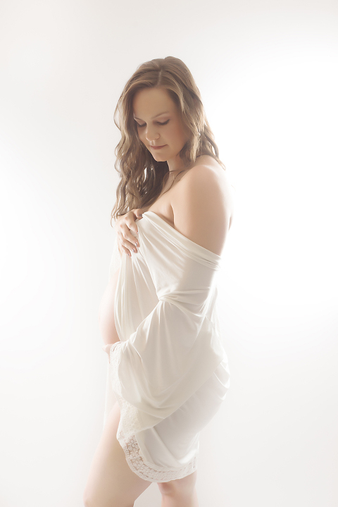 elegant-and-classic-maternity-photo-session-at-fairies-and-frogs-photography-in-olympia