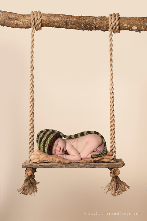baby-sleeping-on-swing-by-fairies-and-frogs-photography-in-olympia